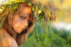 Retrato en la puesta del sol: chica joven hermosa en hierba fotografía de archivo