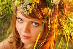 Retrato en la puesta del sol: chica joven hermosa en hierba fotografía de archivo libre de regalías