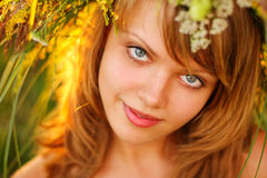 Retrato en la puesta del sol: chica joven hermosa en hierba Imagen de archivo