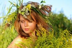 Retrato en la puesta del sol: chica joven hermosa en hierba Imagenes de archivo