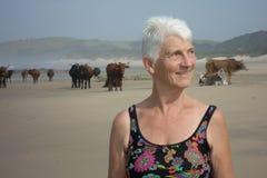 Retrato en medio de las vacas de la playa de la Transkei Foto de archivo