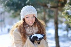 Retrato en muchacha hermosa en el bosque del invierno Foto de archivo