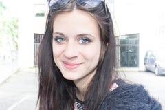 Retrato en mujer joven de la calle con los ojos azules Fotos de archivo