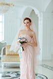Retrato en novia rubia hermosa sensual apacible del crecimiento completo adentro foto de archivo