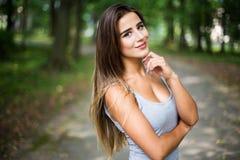 Retrato en parque de una muchacha adolescente bronceada hermosa del estudiante Imagen de archivo libre de regalías