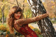 Retrato en parque del otoño Imágenes de archivo libres de regalías