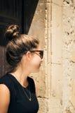 Retrato en perfil de un adolescente bonito con las gafas de sol Imagen de archivo libre de regalías