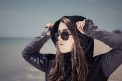 Retrato en perfil de un adolescente en gafas de sol Imagen de archivo