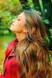 Retrato en perfil de una muchacha hermosa joven que descansa en un parque Imagen de archivo