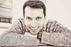 Retrato en un hombre de mirada agradable con una sonrisa dentuda Imagenes de archivo