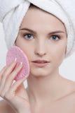 Retrato encantador da beleza da jovem mulher de olhos azuis com composição natural Fotos de Stock Royalty Free