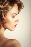 Retrato encaracolado louro da beleza da mulher da forma do encanto fotografia de stock