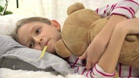 retrato enfermo del niño 4K con el termómetro, muchacha enferma en la cama, sufrimiento triste del niño frío almacen de metraje de vídeo