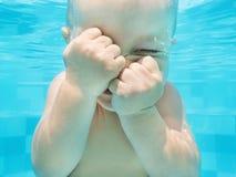 Retrato engraçado da cara da natação e do mergulho do bebê subaquáticos foto de stock
