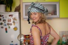 Retrato engraçado da dona de casa na cozinha Fotografia de Stock