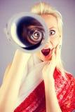 Retrato engraçado da menina com telescópio Fotos de Stock