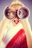 Retrato engraçado da menina com telescópio Fotografia de Stock