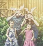 Retrato engraçado da Páscoa da família - retro fotografia de stock