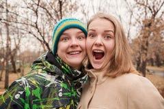 Retrato engraçado de pares novos adolescentes Fotografia de Stock