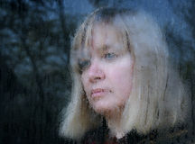 Retrato enmascarado de la mujer de mediana edad Foto de archivo libre de regalías