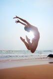 Retrato ensolarado da mulher de salto fotografia de stock