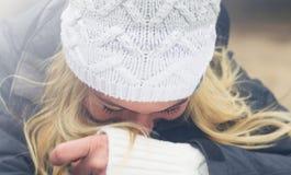 Retrato entonado de la mujer juguetona en la sonrisa hecha punto del casquillo del invierno Imagenes de archivo