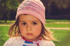 Retrato entonado del niño lindo que piensa en el parque Fotos de archivo