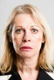 Alto backgrou del gris de la definición de la mujer de la gente real seria del retrato imagenes de archivo