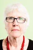 Alto backgro del verde de la definición de la mujer de la gente real seria del retrato fotografía de archivo libre de regalías