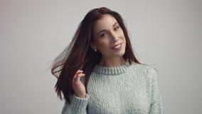 Retrato espanhol de sorriso largo feliz da mulher no estúdio vídeos de arquivo