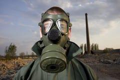Retrato estranho do homem na máscara de gás Fotos de Stock