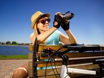 Retrato expresivo de la chica joven feliz que sostiene la cámara Imagen de archivo