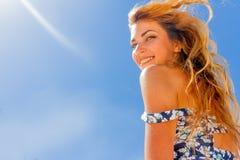 Retrato exterior da apreciação bonita de sorriso da mulher dos jovens ensolarada fotografia de stock royalty free