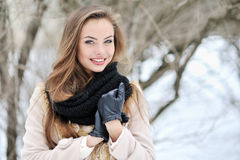 Retrato exterior da cara bonita da mulher Fotos de Stock