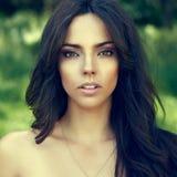 Retrato exterior da cara bonita da mulher - ascendente próximo imagem de stock royalty free
