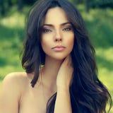 Retrato exterior da cara bonita da mulher - ascendente próximo fotografia de stock