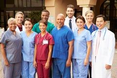 Retrato exterior da equipa médica fotos de stock
