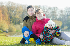 Retrato exterior da família dos pais com os dois irmãos no parque imagem de stock