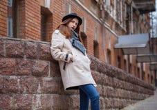 Retrato exterior da forma da senhora romântica 'sexy' do encanto que veste o revestimento ocasional, chapéu negro Estação fria do fotos de stock royalty free