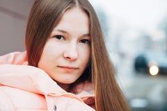 Retrato exterior da jovem mulher horizontal Imagem de Stock
