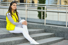 Retrato exterior da menina adolescente à moda bonita Imagem de Stock