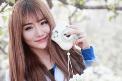 Retrato exterior da menina asiática nova Fotos de Stock