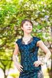 Retrato exterior da menina da mola em árvores de florescência Mulher romântica da beleza nas flores Senhora sensual Mulher bonita Imagem de Stock Royalty Free