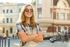 Retrato exterior da menina de sorriso 12 do adolescente, 13 anos velhos na rua da cidade, menina com m?os dobradas, espa?o da c?p fotografia de stock royalty free