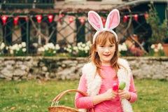 Retrato exterior da menina engraçada dos anos de idade 9-10 Imagem de Stock Royalty Free