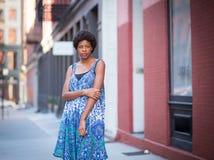 Retrato exterior da mulher afro-americano elegante nova imagens de stock royalty free