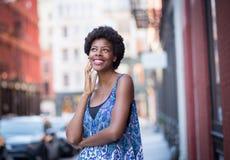 Retrato exterior da mulher afro-americano elegante nova imagens de stock