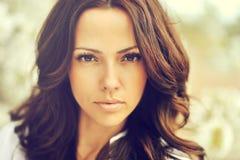 Retrato exterior da mulher bonita do cabelo marrom surpreendente Imagem de Stock Royalty Free