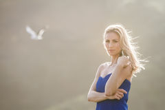Retrato exterior da mulher bonita nova no vestido azul que levanta sobre fotografia de stock