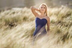 Retrato exterior da mulher bonita nova no vestido azul que levanta sobre imagem de stock